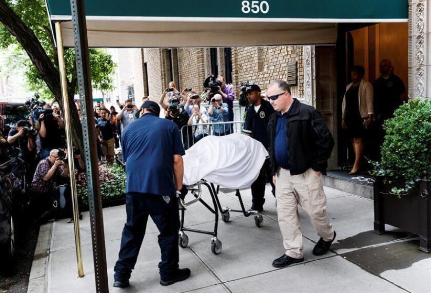Imagen del 5 de junio del 2018, miembros de la policía forense sacan el cuerpo sin vida de la diseñadora estadounidense Kate Spade de su apartamento en Nueva York (Estados Unidos). EFE/ARCHIVO