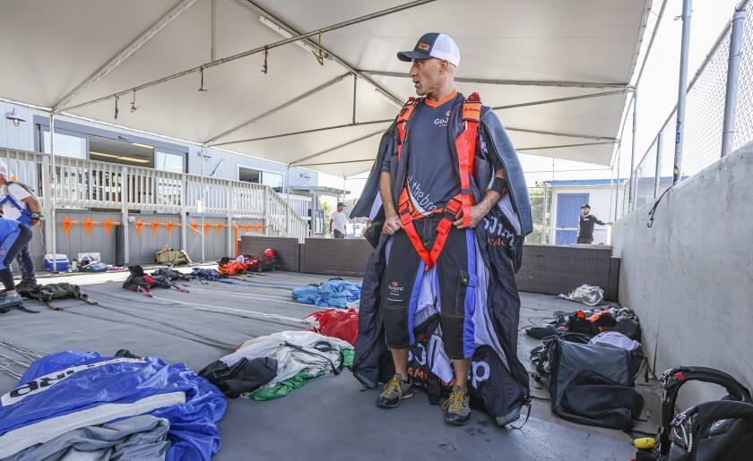 Chris Geller ubiera się do lotu w czwartek w GoJump Oceanside.