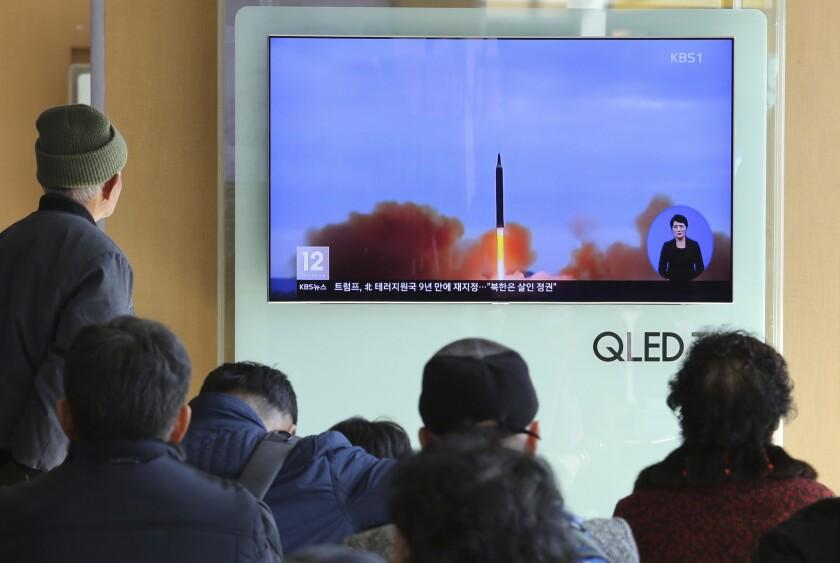 Varias personas miran por televisión escenas del lanzamiento de un misil norcoreano, en la estación ferroviaria de Seúl, Corea del Sur.