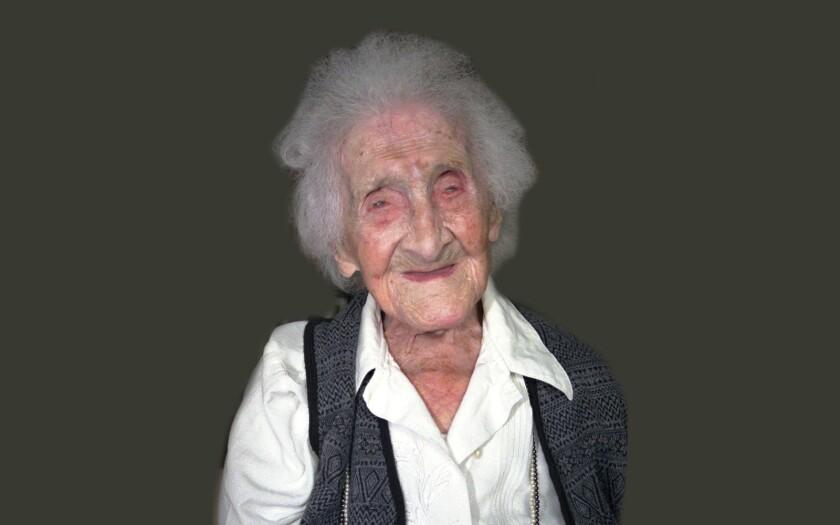 En esta imagen del 12 de febrero de 1996 se ve a Jeanne Calment, en Arles, Francia. Quien se cree fue la persona más vieja del mundo murió a los 122 años de edad en 1997. Una nueva investigación publicada en el diario Nature el miércoles 5 de octubre de 2016 insinua que existe un límite a la esperanza de vida y que la posibilidad de romper el récord de Calment es muy pequeña. (AP Foto/ARCHIVO)