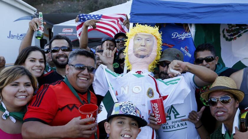 Foto de archivo de una familia latina celebrando con una piñata de Donald Trump.