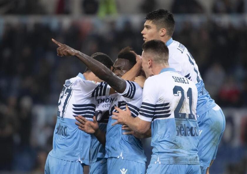 El jugador Felipe Caicedo (c) de la Lazio celebra con sus compañeros la anotación del 1-0 ante el Empoli durante un partido de la liga italiana entre la SS Lazio y el Empoli FC disputado este jueves en el estadio Olímpico de Roma (Italia). EFE