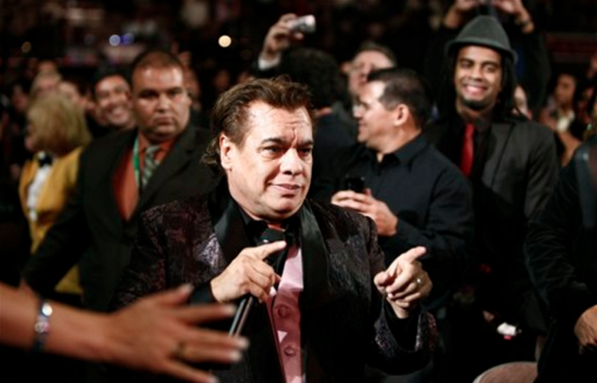 En esta foto del 5 de noviembre del 2009, el cantautor mexicano Juan Gabriel canta en la 10a entrega anual de los Latin Grammy en Las Vegas. Juan Gabriel murió el domingo 28 de agosto del 2016, informó su oficina de prensa. Tenía 66 años. (AP Foto/Matt Sayles, Archivo)
