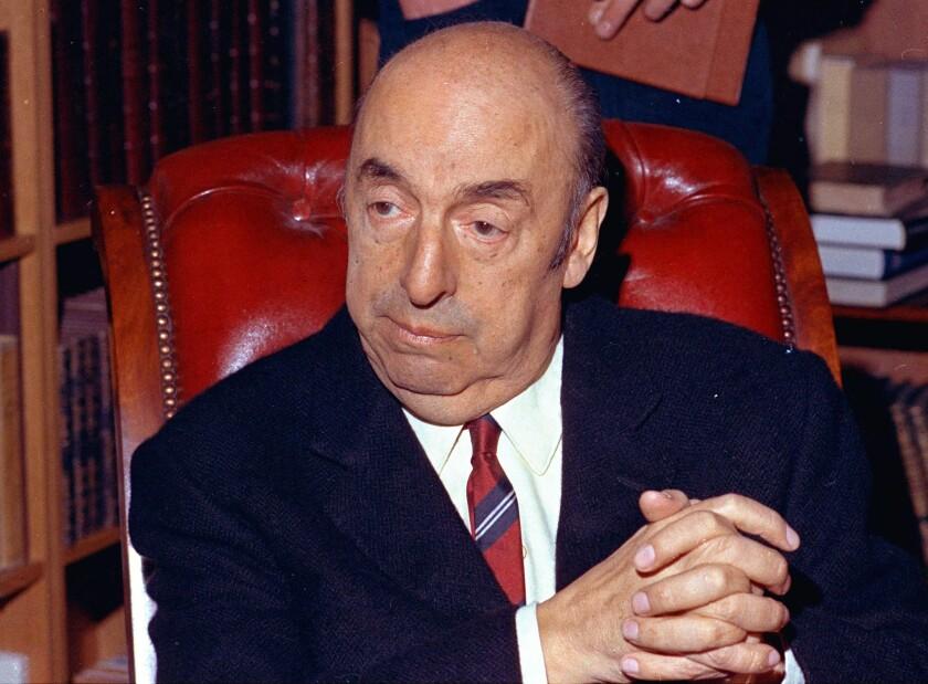 En esta imagen del 21 de octubre de 1971, el poeta ganador del Premio Nobel, Pablo Neruda, aparece en París. Se anunció el miércoles 24 de febrero de 2016 que un equipo internacional de expertos e investigadores forenses analizarán los restos del poeta, quien falleció durante el caos tras el golpe militar de Chile en 1973. (Foto AP/Michel Lipchitz, Archivo)