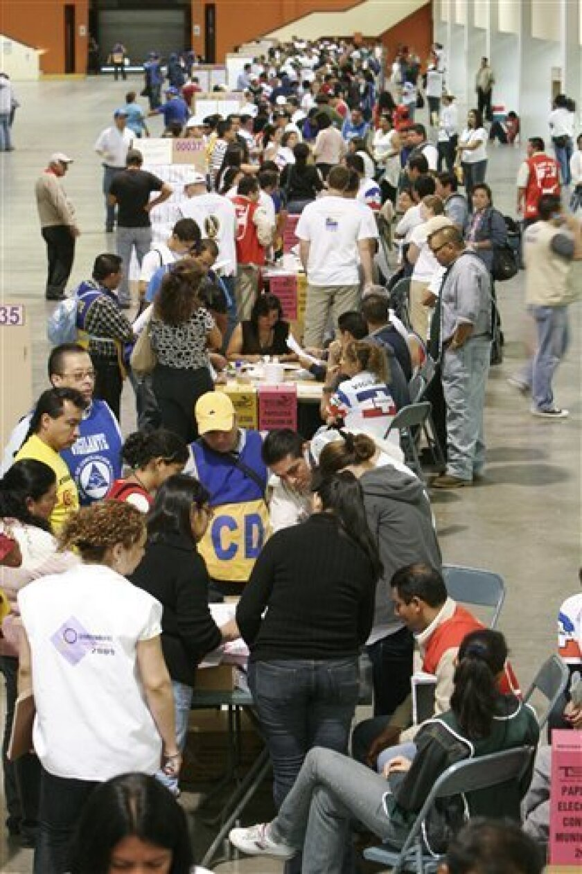 Voters cast their ballots during mayoral and deputies elections at a pooling station in San Salvador, Sunday , Jan. 18 , 2009. (AP Photo/Luis Romero)