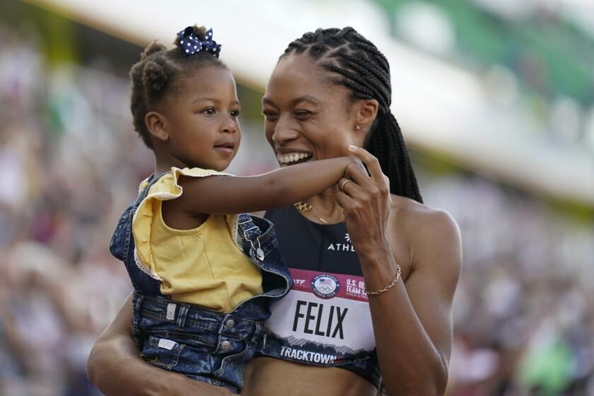 Allyson Felix festeja tras quedar segunda en el campeonato de Estados Unidos, clasificatorio a los Juegos Olímpicos.
