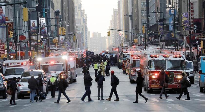 Agentes de Policía y Bomberos de Nueva York permanecen en las inmediaciones de la terminal de autobuses de la Autoridad del Puerto en Nueva York. EFE/Archivo