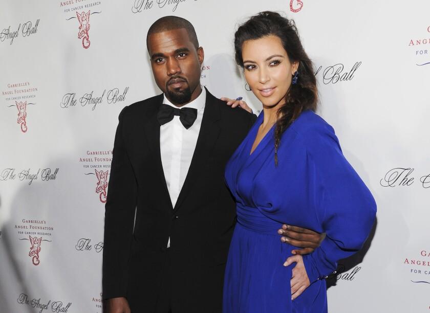 Kanye West, izquierda, y Kim Kardashian asisten al evento a beneficio