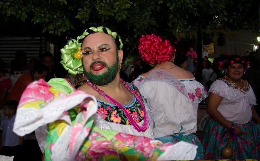 Hombres vestidos como mujeres bailan por las calles del poblado de Chiapa de Corzo, en el estado de Chiapas (México) este 8 de enero de 2018. Con música, color y fiesta, más de 1.500 chuntaes, hombres vestidos como mujeres, dieron inicio con su danza a la Fiesta Grande de Chiapa de Corzo, en el estado mexicano de Chiapas, siguiendo así una tradición transmitida de generación en generación. Como todos los años, centenares de hombres chiapacorceños recorren las calles del pueblo con la llamada danza de los chuntaes, donde bailan como anuncio del inicio de las festividades de enero, que durante 16 días visten de colores, música, alegría y religiosidad ese pueblo mágico ubicado en el sureste del país. EFE