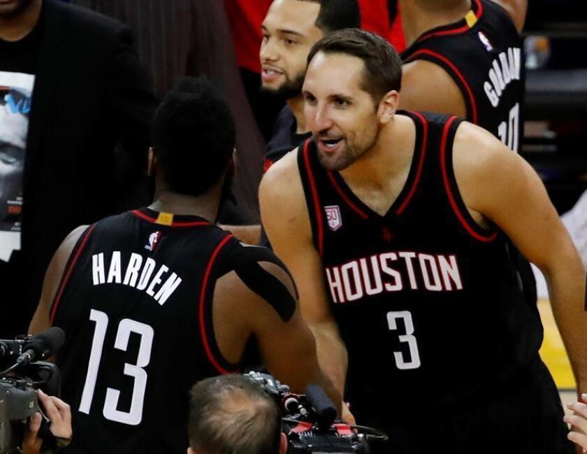 Los jugadores de los Houston Rockets Ryan Anderson (d) y James Harden. EFE/Archivo