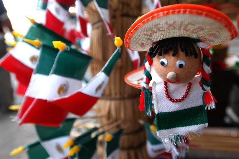 Con la vista puesta en los festejos por la independencia mexicana, el pueblo San Pablo Totoltepec, en el centro de México, se viste cada año de verde, blanco y rojo gracias a las banderas artesanales que confeccionan decenas de familias locales y que venden alrededor de todo el país. EFE/Archivo
