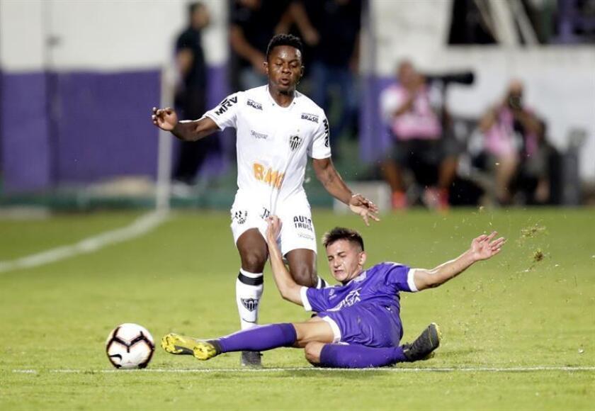 Joaquín Piqueréz, de Defensor Sportind de Uruguay (d), fue registrado este miércoles al disputar un balón con Juan Cazares (i), del Atlético Mineiro de Brasil, durante el partido de vuelta de esta llave de tercera fase de la Copa Libertadores, en Montevideo (Uruguay). EFE