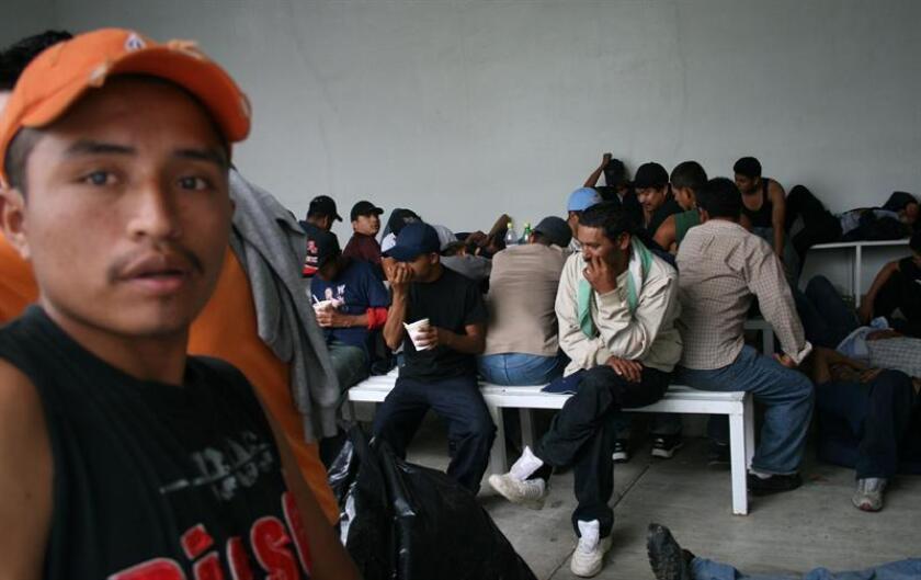 Cuarenta migrantes guatemaltecos fueron rescatados de la caja sellada de un camión de carga en el oriental estado mexicano de Veracruz, informaron hoy fuentes policiales. EFE/Archivo