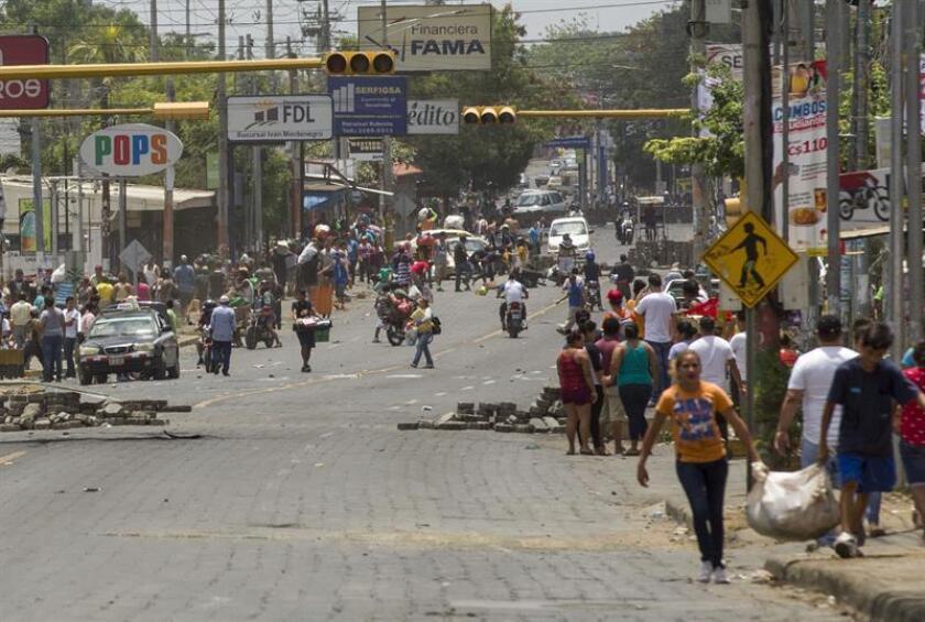 Varios personas realizan un saqueo en supermercados y tiendas de artículos para el hogar durante el quinto día de protestas en Managua (Nicaragua). EFE