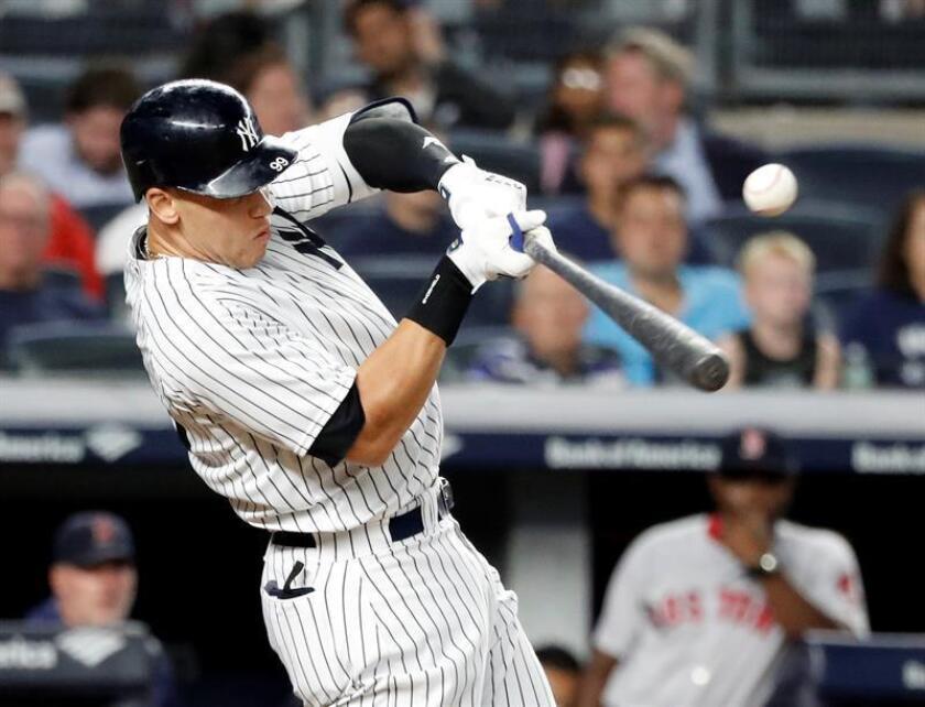 El jardinero derecho Aaron Judge de los Yankees de Nueva York batea durante la sexta entrada del juego de la MLB en el Yankee Stadium, en Nueva York (Estados Unidos). EFE