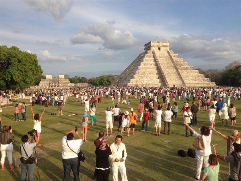 Fotografía del 21 de marzo de 2017, de cientos de personas que reciben la primavera en el castillo de Chicén Itzá, en Mérida, estado de Yucatán (México). EFE/Archivo