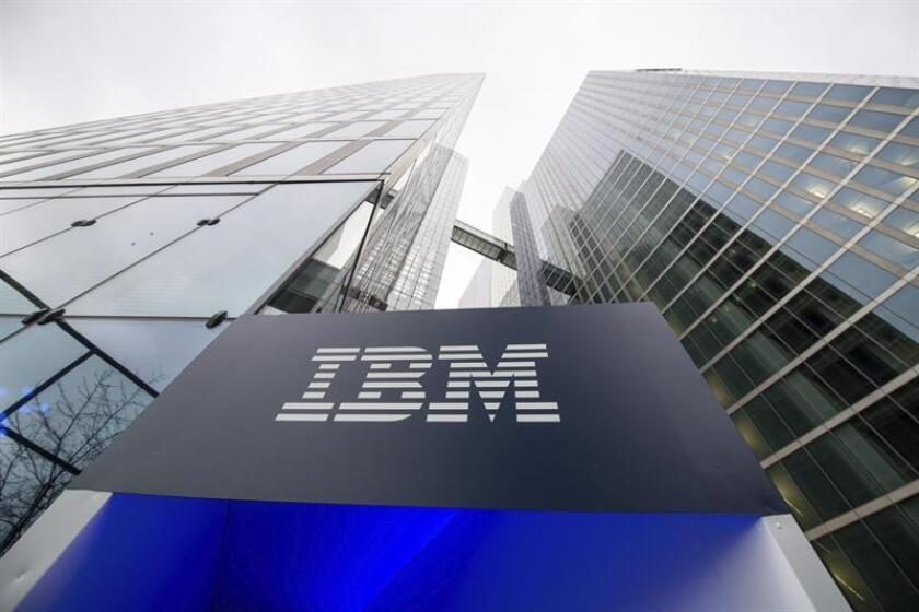 Fotografía de archivo fechada el 15 de diciembre de 2015 que muestra el logotipo del grupo informático IBM, en Múnich, Alemania. EFE/Archivo