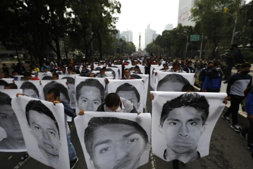 Estudiantes normalistas muestran las fotografías de los 43 estudiantes desaparecidos