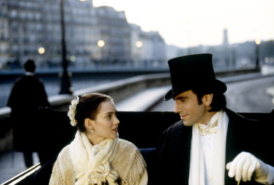 """Winona Ryder y Daniel Day-Lewis se sientan con trajes de época en un carruaje en el set de """"La edad de la inocencia."""""""