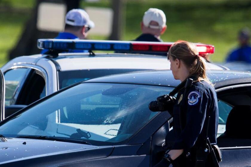 Policías inspeccionan el vehículo de la persona que intentó arremeter contra ellos en el Capitolio en Washington, Estados Unidos, el 29 de marzo de 2017. EFE/Archivo