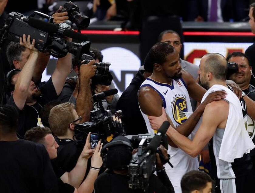 El jugador argentino de los Spurs de San Antonio Manu Ginobili (d) felicita a Kevin Durant (2d), de los Warriors de Golden State, depués de que los Warriors vencieran a los Spurs en el quinto partido de la serie de primera ronda de la Conferencia Oeste de la NBA de baloncesto disputado en el estadio Oracle Arena de Oakland, California. EFE