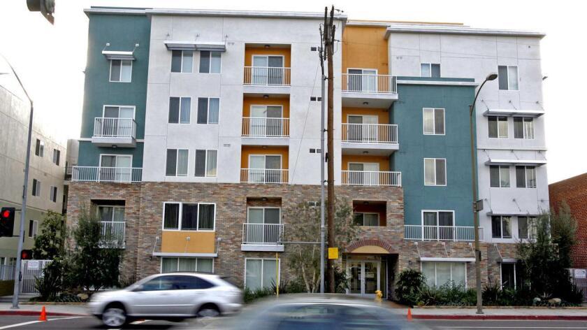 Foto de archivo de un ejemplo de viviendas para familias de bajos recursos en el sur de California.