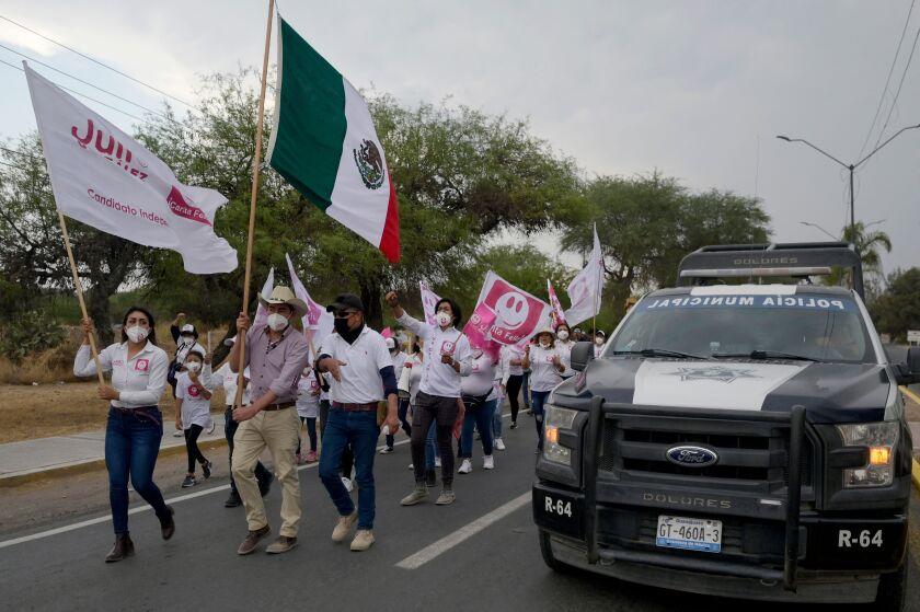حامیان این کمپین با پرچم در خیابان راهپیمایی می کنند