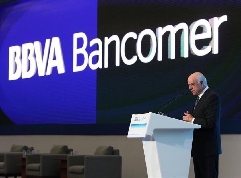 El grupo financiero BBVA Bancomer mantuvo hoy el pronóstico de crecimiento de México en un rango de entre 2,1 % y 2,2 % para este año, pese a la incertidumbre que genera el TLCAN y el impacto económico de los sismos y huracanes que azotaron el país en el tercer trimestre. En la imagen el presidente del grupo BBVA Francisco González Rodríguez. EFE/ARCHIVO
