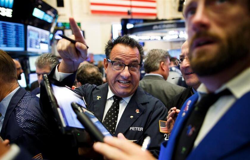Wall Street cerró hoy con fuertes ganancias y por segundo día consecutivo sus tres principales indicadores, el Dow Jones, el S&P 500 y el índice compuesto del mercado Nasdaq, terminaron con nuevos récords históricos. EFE/ARCHIVO