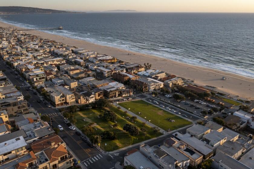 Một cái nhìn từ trên không về các bất động sản bên bờ biển mà Bãi biển Manhattan thu giữ gần một thế kỷ trước