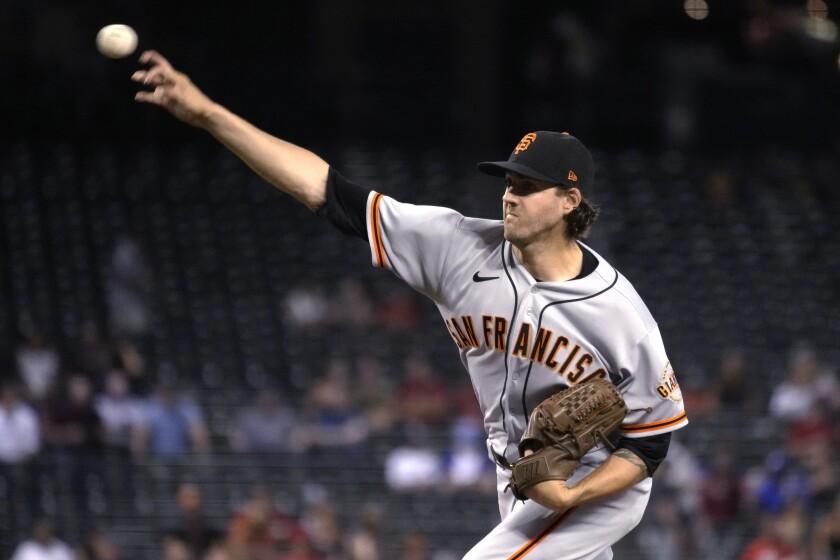 El pitcher de los Gigantes de San Francisco Kevin Gausman lanza hacia un bateador de los Diamondbacks de Arizona en el primer inning de su juego de béisbol el miércoles 4 de agosto de 2021 en Phoenix. (AP Foto/Rick Scuteri)