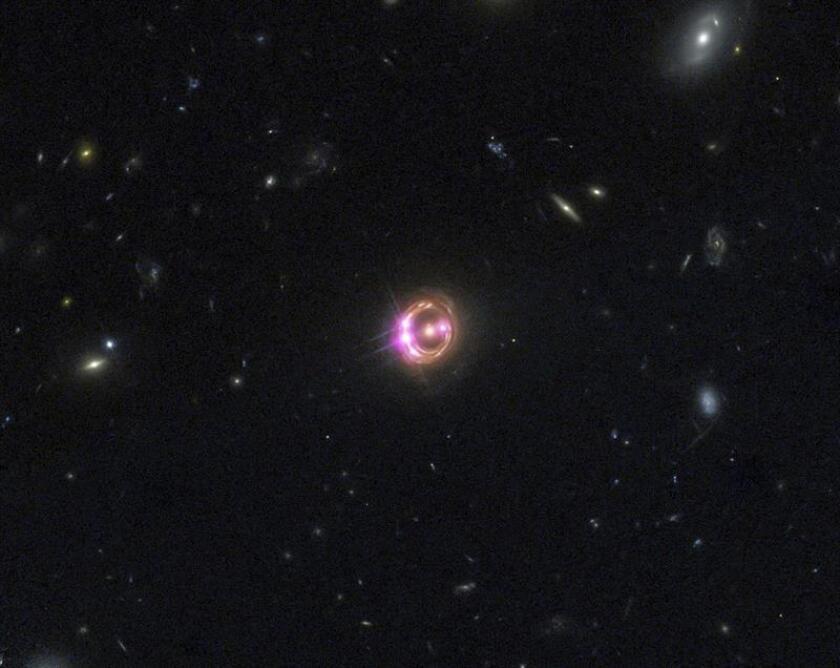 Fotografía cedida donde se muestra un equipo multidisciplinar de investigadores ha detectado un neutrino que fue generado por un agujero negro supermasivo a 3.700 millones de años luz de la Tierra, en la constelación de Orión, según un estudio publicado hoy en la revista especializada Science. EFE/Archivo