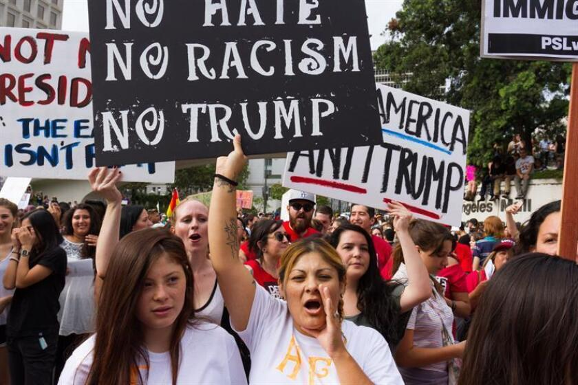 """Los ataques contra inmigrantes, hispanos, afroamericanos, musulmanes, judíos y homosexuales se han disparado desde la victoria electoral de Donald Trump, según varias organizaciones que hoy pidieron al presidente electo que actúe para frenar esa corriente de ofensas cometidas """"en su nombre"""". EFE/ARCHIVO"""