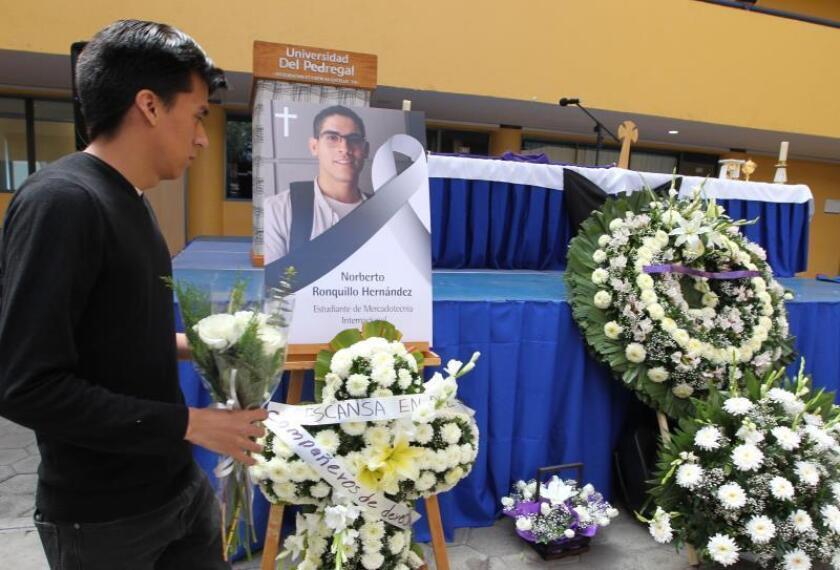 Familiares y amigos participan en un oficio religioso por la muerte del estudiante universitario Norberto Ronquillo , en la Universidad del Pedregal, en Ciudad de México (México). EFE/ Mario Guzmán/Archivo