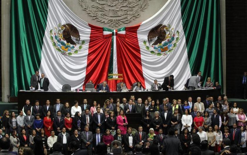 Diputados mexicanos participan este jueves de un debate sobre seguridad nacional en Ciudad de México (México). La Cámara de Diputados de México aprobó este jueves la creación de la Guardia Nacional, un nuevo cuerpo de seguridad pública formado por policías y militares bajo un mando civil, que deberá ser ratificado por la mayoría de estados que conforman el país. EFE