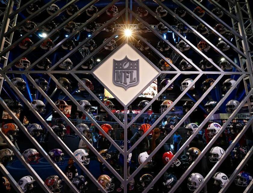 Imagen de cascos de los equipos de la NFL, en la zona de aficionados organizada a propósito del Super Bowl LI en Houston, Texas (EE.UU.), el 29 de enero de 2017. EFE