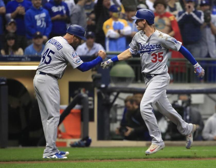 El jardinero central de los Dodgers de Los Angeles, Cody Bellinger (dcha), tras batear un jonrón de dos carreras. EFE
