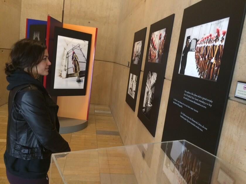 Tori Simeone visitó la exhibición en la Catedral de L.A.