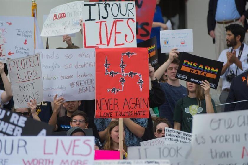 Estudiantes de la escuela secundaria Marjory Stoneman Douglas de Parkland (Florida), donde el pasado febrero murieron 17 personas en un tiroteo, anunciaron hoy una gira por unas 50 ciudades de Estados Unidos para promover el registro de votantes y expandir su campaña a favor del control de armas. EFE/Archivo