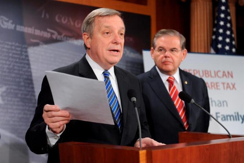 Los senadores demócratas Richard Durbin, (i), y Bob Menéndez, (d), ofrecen una rueda de prensa. EFE/Archivo