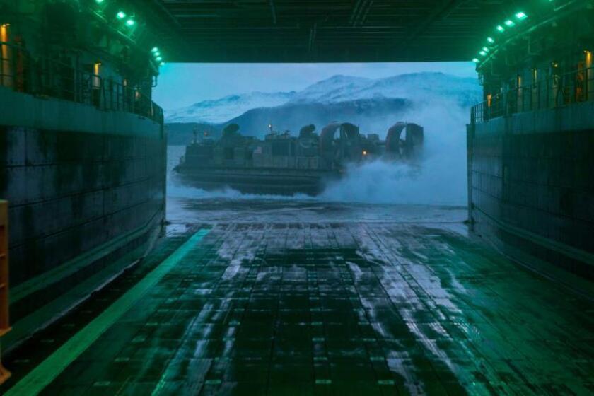 Una barcaza de desembarco con amortiguadores de aire, perteneciente a la Unidad 4 de Asalto (ACU 4), a su salida del buque anfibio de transporte USS Nueva York (LPD 21) durante las maniobras militares en Noruega. EFE