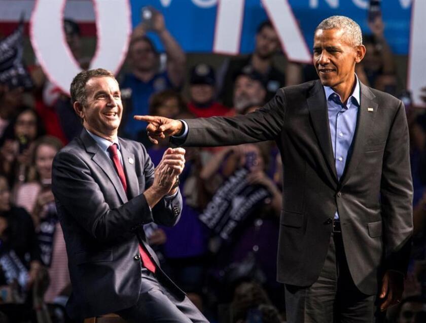 El expresidente de los Estados Unidos Barack Obama (d) hace campaña con el candidato demócrata a la gobernación de Virginia, el teniente gobernador Ralph Northam (i), en el Centro de Convenciones de Richmond, el viernes 19 de octubre de 2017, en Richmond, Virginia (EE.UU.). EFE/Archivo