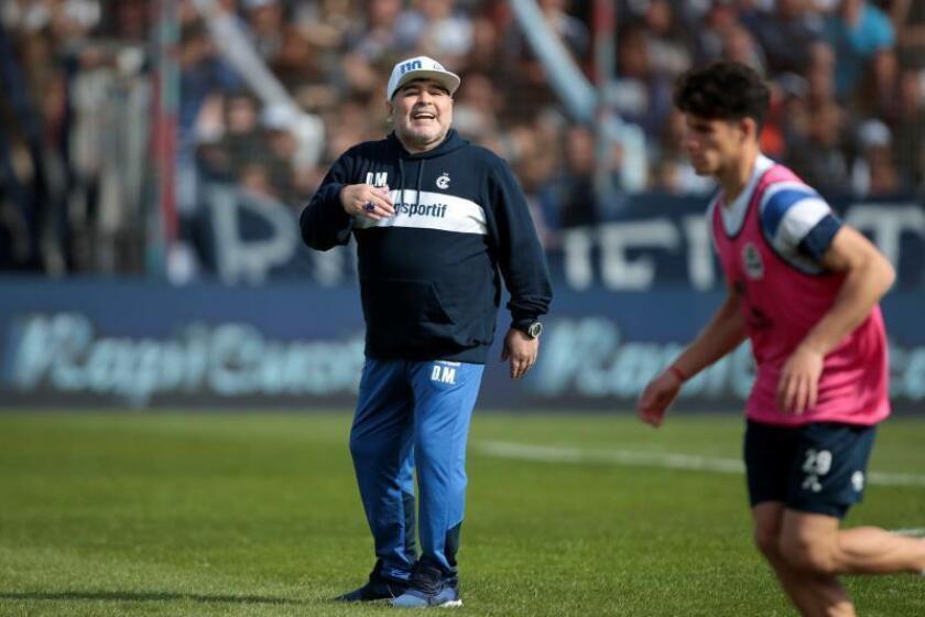 Maradona tuvo un emotivo recibimiento en su primera práctica en Gimnasia