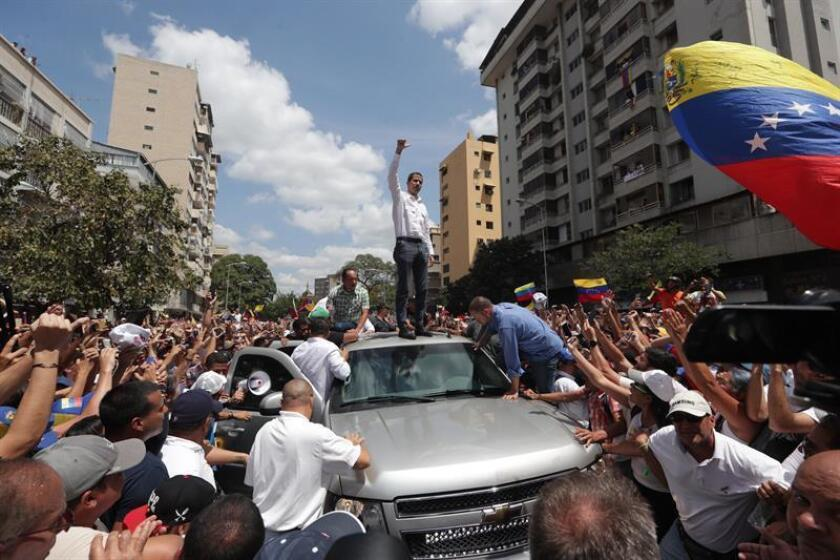 The speaker of the Venezuelan legislature, Juan Guaido, is cheered during a demonstration this Saturday, March 9, 2019, in Caracas, where he announced plans to assert his possession of the power held since 2013 by the Chavista Nicolas Maduro. EFE-EPA/Rayner Peña
