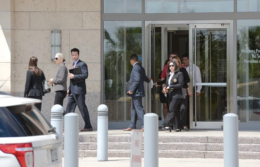 Representantes del Proyecto de Derechos Civiles de Texas salen de la corte federal el martes 7 de junio de 2016, en Brownsville, Texas. El grupo sin fines de lucro está supervisando un caso en el que el juez Andrew Hanen detuvo el martes una orden judicial que le exigía a los abogados del Departamento de Justicia que se sometan a un entrenamiento sobre ética, y en lugar de ello solicitó evidencia que demuestre que el juez no fue engañado intencionalmente por el Departamento de Justicia con relación a las políticas de inmigración. (Jason Hoekema/The Brownsville Herald vía AP)