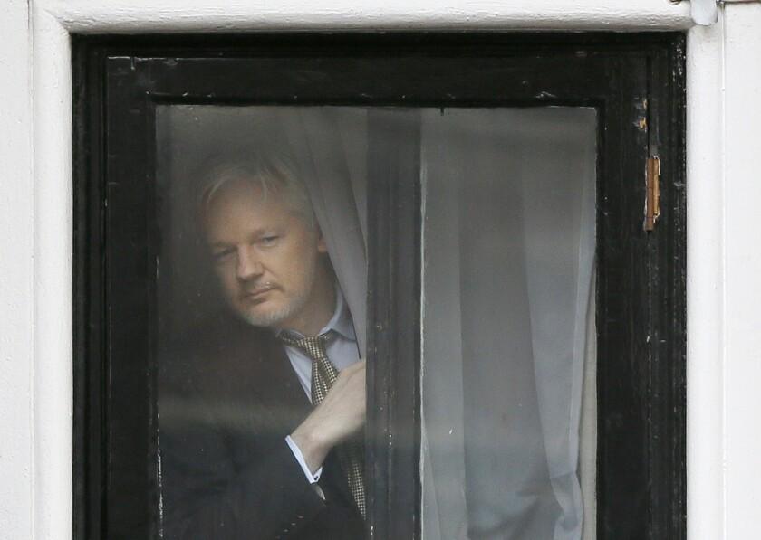 Fundador de WikiLeaks Julian Assange aparece en la ventana de la embajada ecuatoriana en Londres.