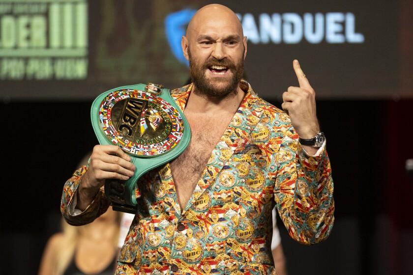 Tyson Fury posa con el cinturón de campeón mundial de peso completo