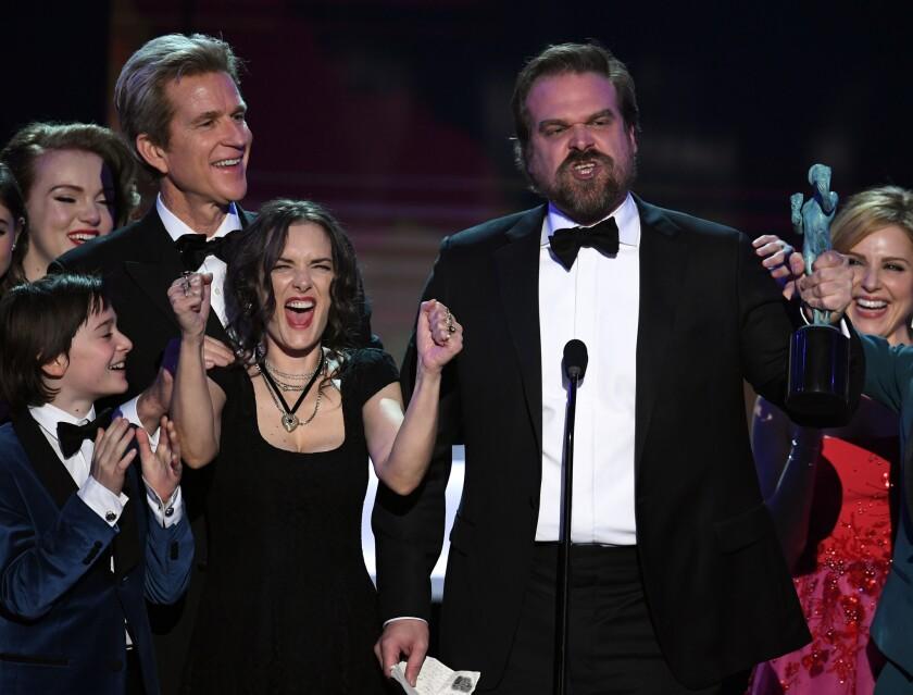 """Aunque Winona Ryder llamó la atención con sus muecas, fue su colega David Harbour, también de la serie """"Stranger Things"""", quien dio el discurso más contundente contra Trump en los Premios del SAG."""