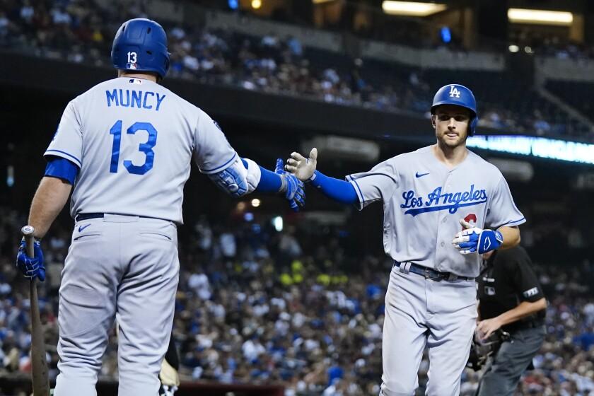 Trea Turner des Dodgers célèbre son circuit de sixième manche avec Max Muncy le 25 septembre 2021.