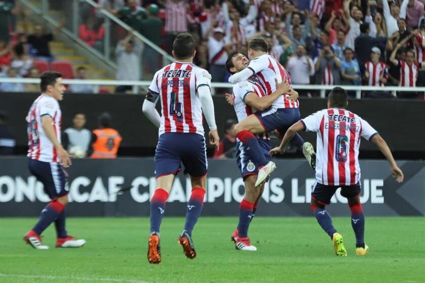Jugadores de Chivas de México celebra la anotación de un gol en el estadio Akron en la ciudad de Guadalajara, Jalisco (México). EFE